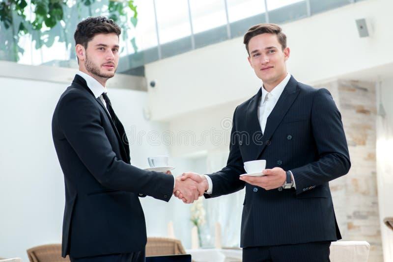 uppröra för händer Två annan affärsman som dricker kaffe och samtal arkivfoton
