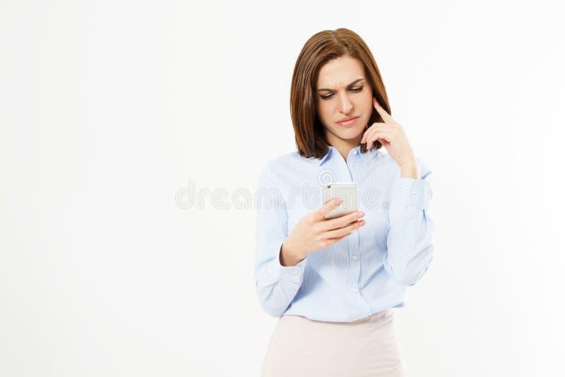 Uppriven kvinna som rymmer en mobiltelefon L?sande d?liga nyheter f?r ilsken ung aff?rskvinna p? hennes mobiltelefon bakgrund iso royaltyfria foton