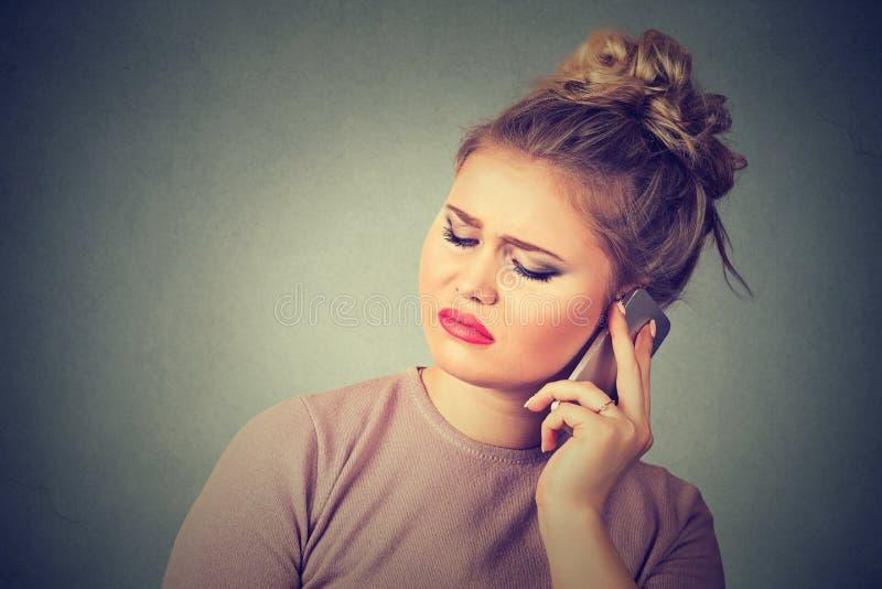 Uppriven ledsen olycklig kvinna som talar på mobiltelefonen royaltyfria bilder