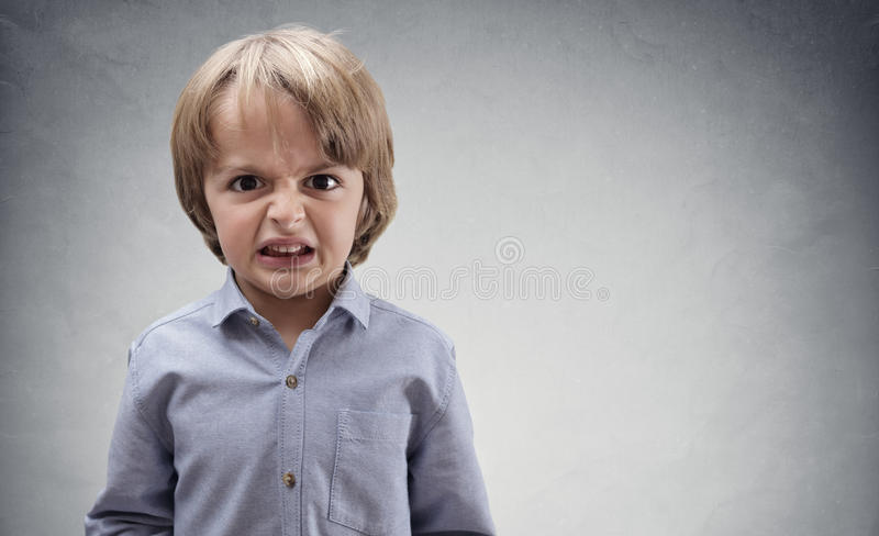 Uppriven och ilsken pojke arkivfoto