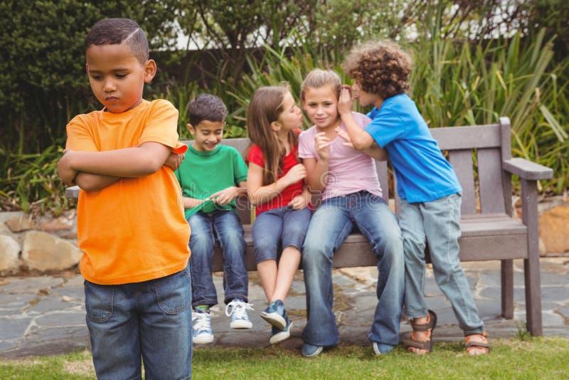 Upprivet barnanseende i väg från gruppen fotografering för bildbyråer