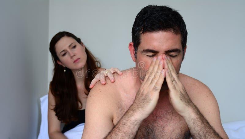 Upprivna par som har problem med, könsbestämmer royaltyfri foto