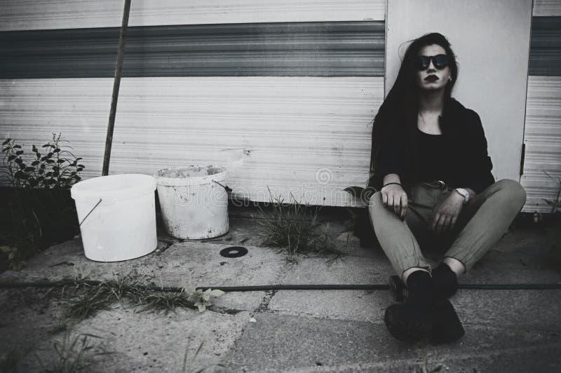 Upprorisk flicka med solglasögon fotografering för bildbyråer