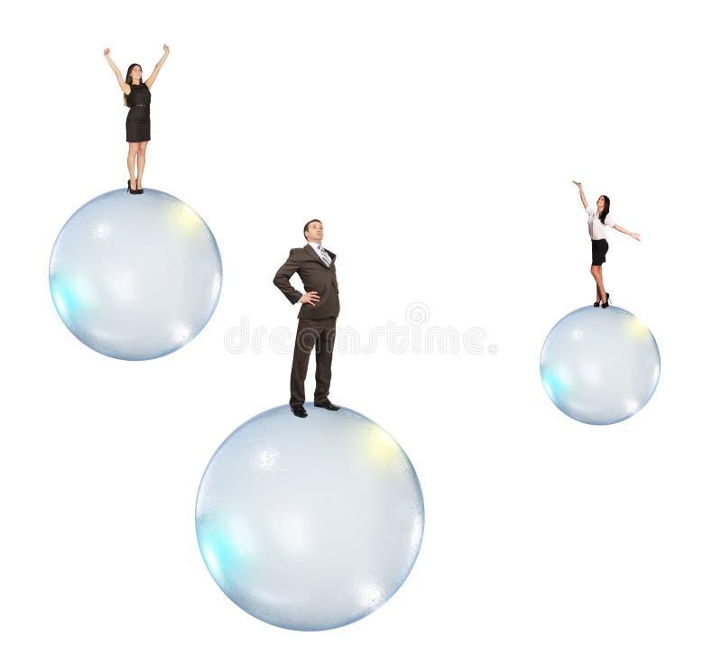 Uppsättning av affärsfolk som flyger på bubblor royaltyfri bild