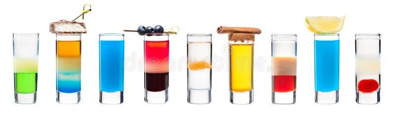 Uppsättning av alkoholiserade coctailar i skottexponeringsglasskyttar arkivfoto