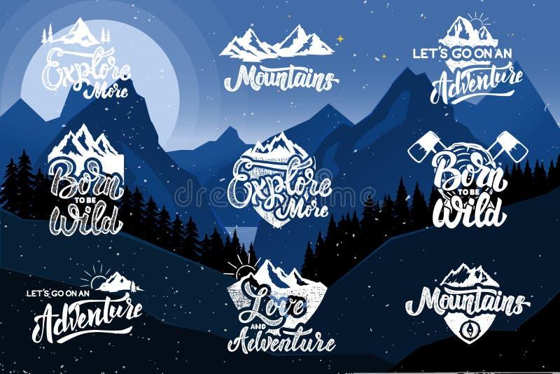 Uppsättning av att fotvandra emblem på bakgrund med berg Planlägg beståndsdelar för affischen, emblemet, tecknet, t-skjorta vektor illustrationer