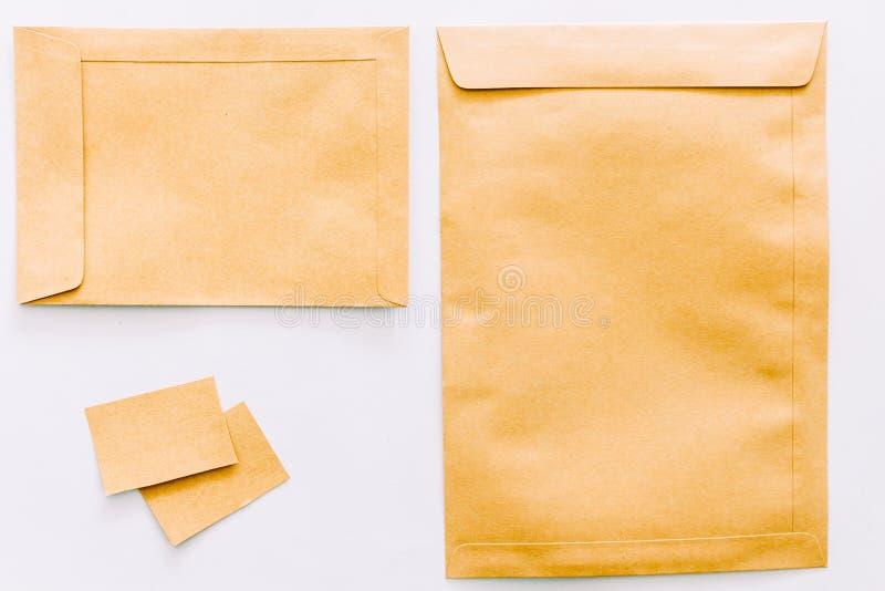 Uppsättning av bruna kuvert på vit bakgrund arkivbild