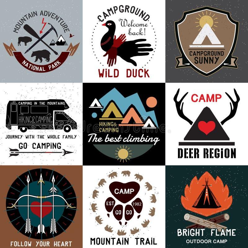Uppsättning av campa logoer för tappning Symboler av nationalparken och öppnar lägret vektor illustrationer