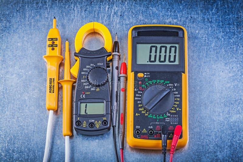 Uppsättning av den elektriska testermultimeteren för digital amperemeter på metalliskt royaltyfria foton
