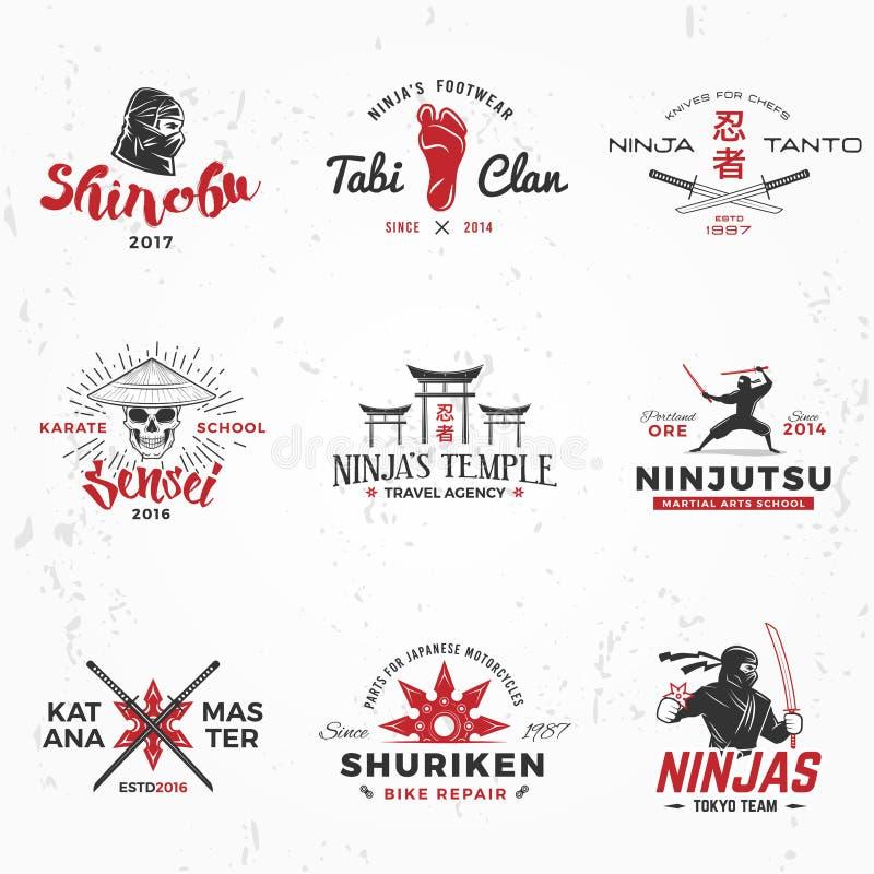 Uppsättning av den japanNinjas logoen Design för Katana förlagegradbeteckning Emblem för tappningninjamaskot Kampsportlagt-skjort royaltyfri illustrationer