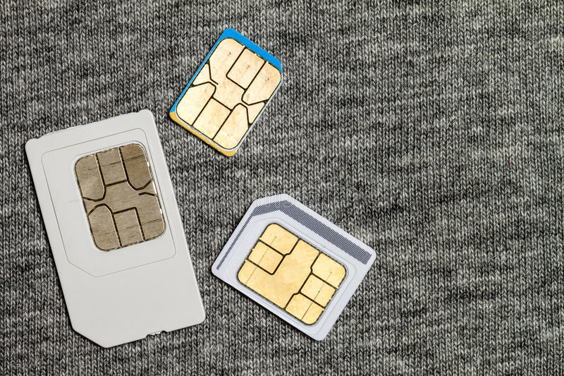 Uppsättning av den kortkort-, mikro och nano simcarden på grå torkduketext royaltyfria foton