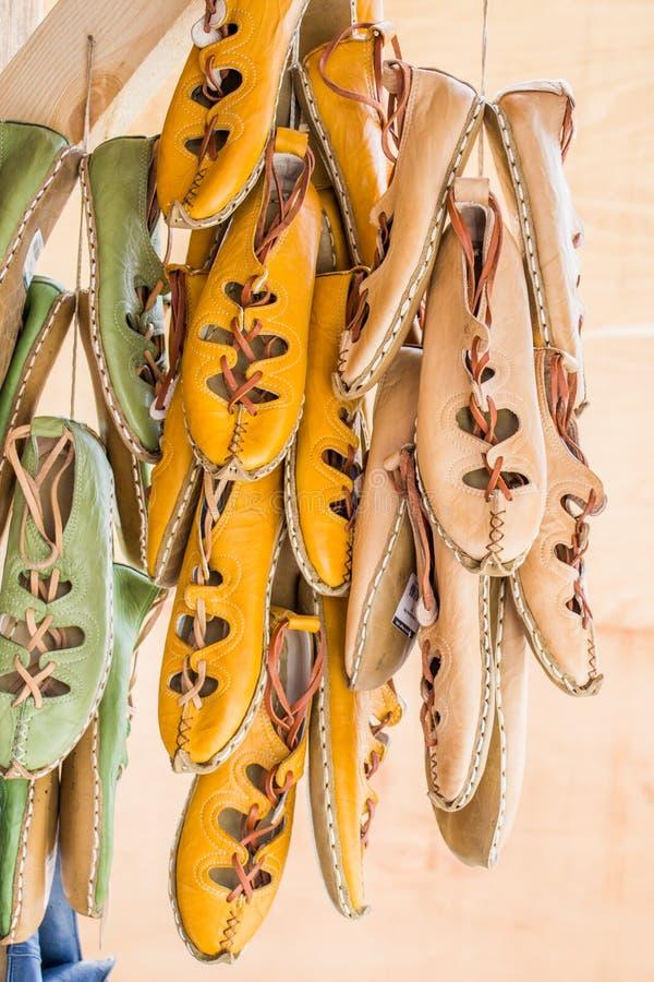 Uppsättning av den traditionella handen - gjorda läderskor i basar arkivfoton