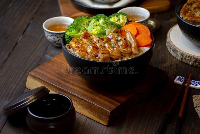 Uppsättning av det Teriyaki hönagallret med ris i japansk stil arkivfoton