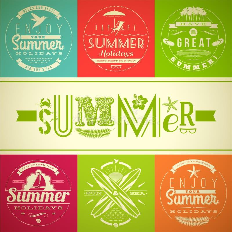Uppsättning av emblem för sommarsemester och ferie stock illustrationer