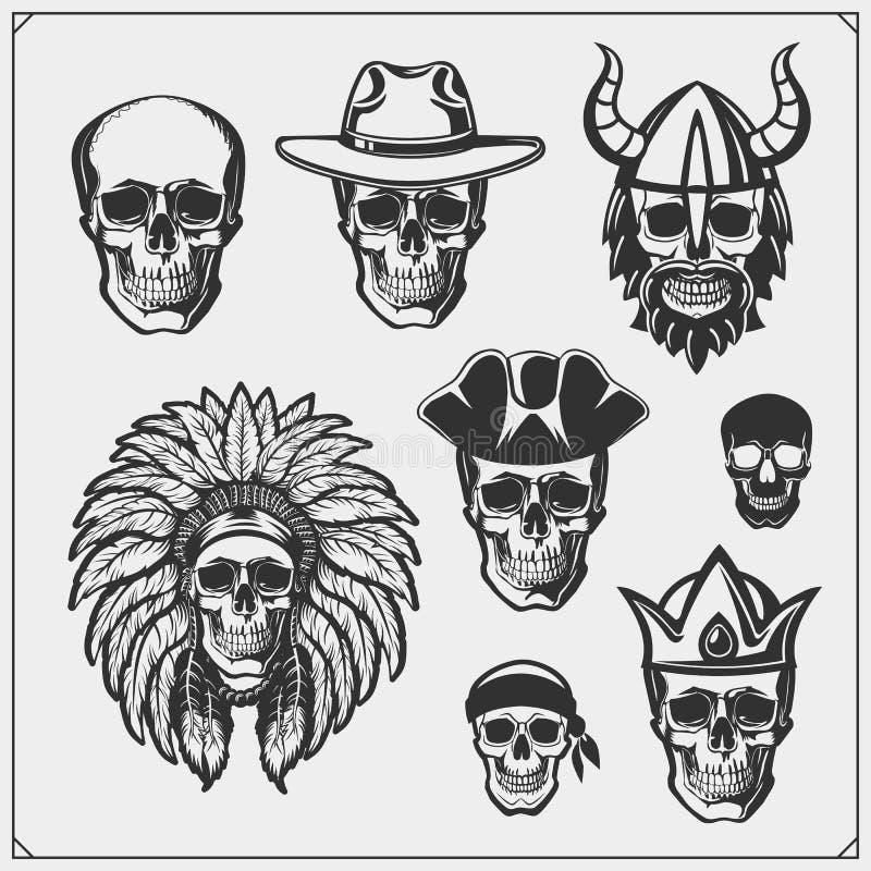 Uppsättning av emblem och etiketter med skallar Konungen Viking, indier och piratkopierar royaltyfri illustrationer