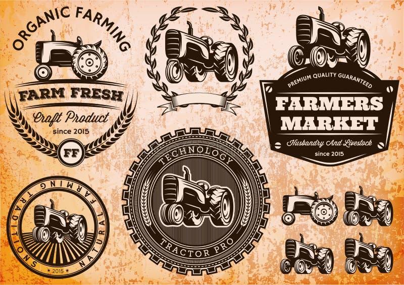 Uppsättning av etiketter med en traktor för boskap och skörd stock illustrationer