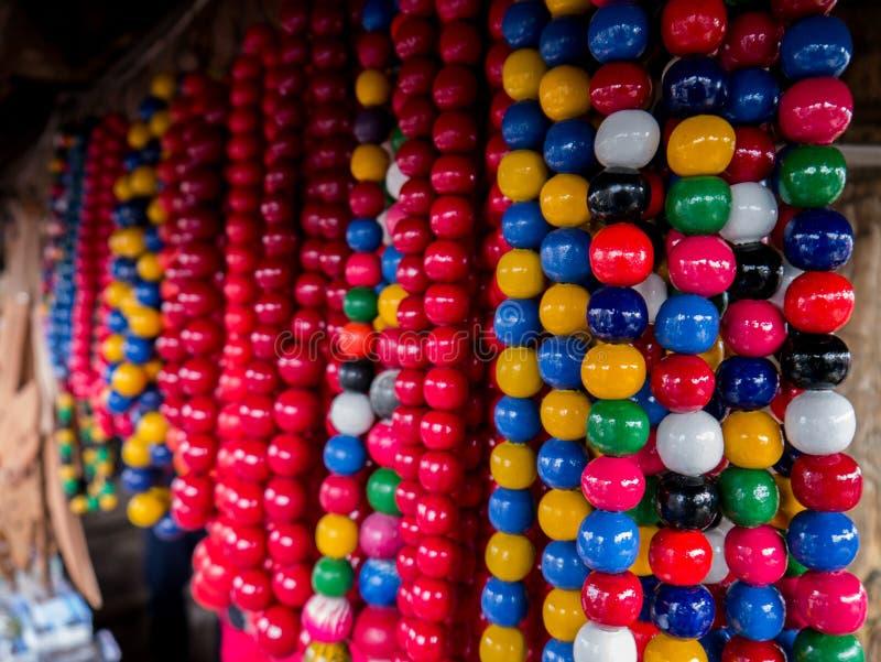 Uppsättning av färgglade pärlor på ett staket för Mardi Gras, New Orleans, Louisiana, USA Karnevaltidsamling, hantverk som är idé royaltyfri bild