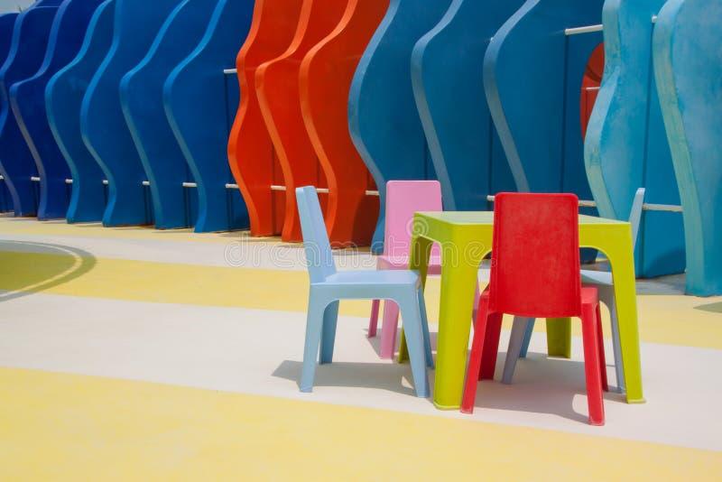 Uppsättning av färgrika den ungestolar och tabellen arkivbilder