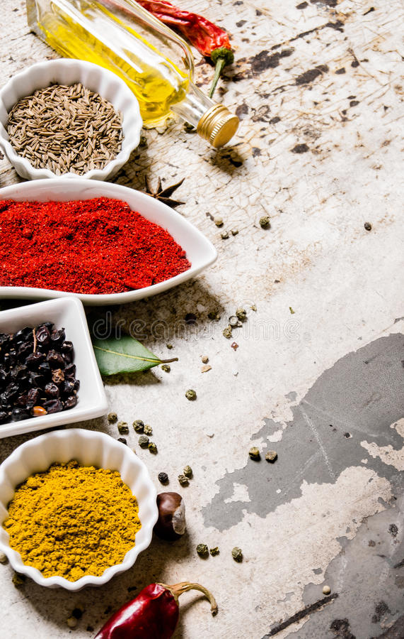 Uppsättning av färgrika kryddor och örter På lantlig bakgrund royaltyfri foto