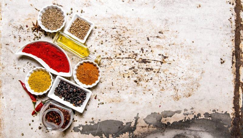 Uppsättning av färgrika kryddor och örter På lantlig bakgrund fotografering för bildbyråer