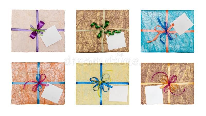 Uppsättning av gåvor som packas elegantly in i skrynkligt papper fotografering för bildbyråer