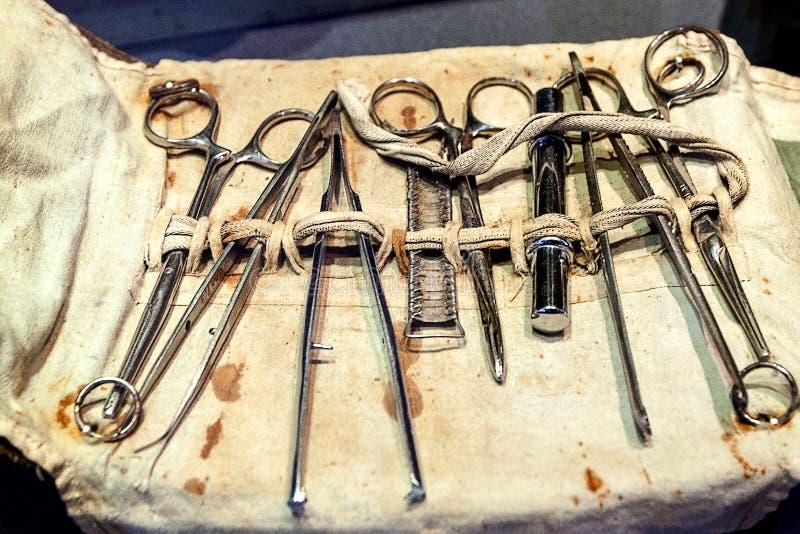 Uppsättning av gammalt, kirurgiska instrument för tappning fotografering för bildbyråer