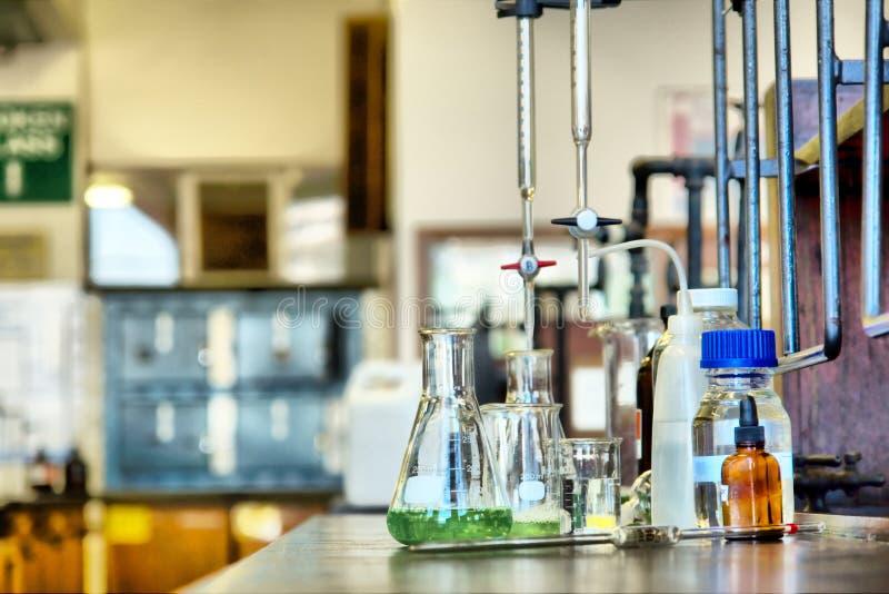 Uppsättning av glasföremål i labb royaltyfria bilder