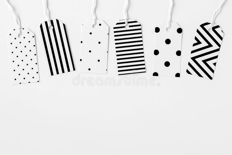 Uppsättning av handgjorda minimalist svartvita gåvaetiketter fotografering för bildbyråer
