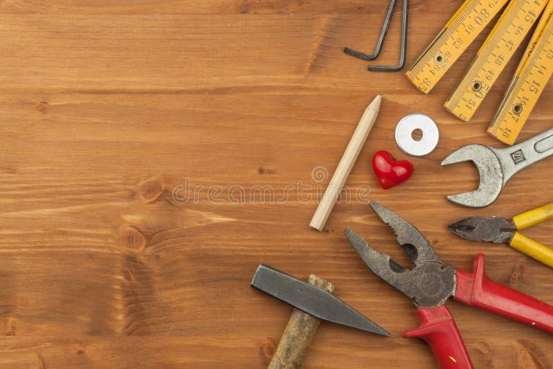 Uppsättning av hjälpmedel och instrument på träbakgrund Olika sorter av hjälpmedel för hushållsysslor home reparationer dagfader  arkivfoto