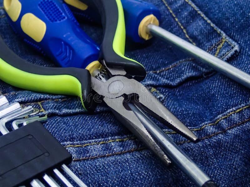 Uppsättning av hjälpmedelenheten av utrustning för att reparera möblemangsköldar för sexhörning för elektroteknikuppsättningtange arkivbild