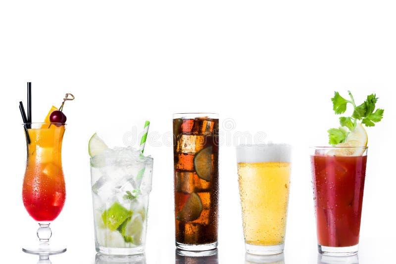 Uppsättning av isolerade alkoholdrinkar royaltyfri bild