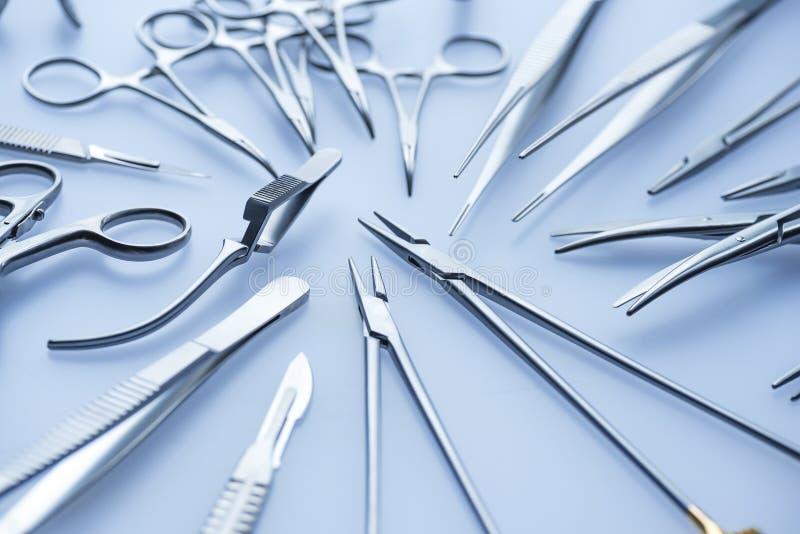 Uppsättning av kirurgiska hjälpmedel för stål royaltyfria bilder