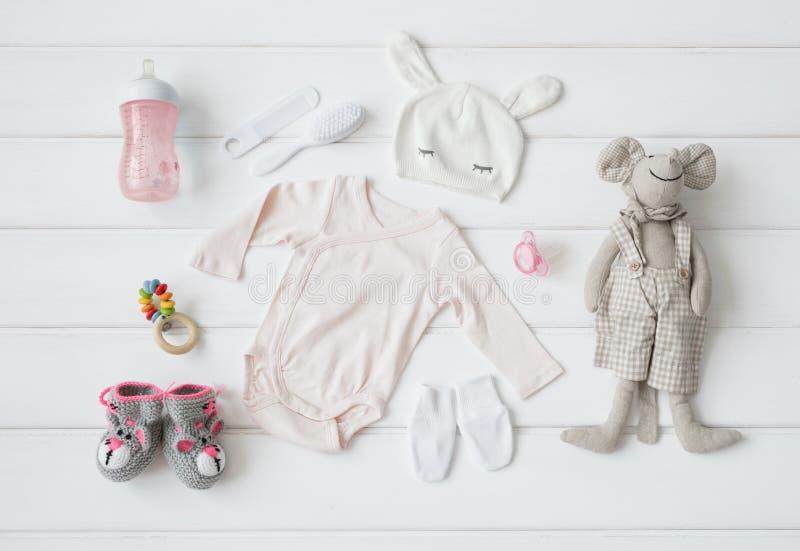 Uppsättning av kläder och objekt för en behandla som ett barn arkivbilder