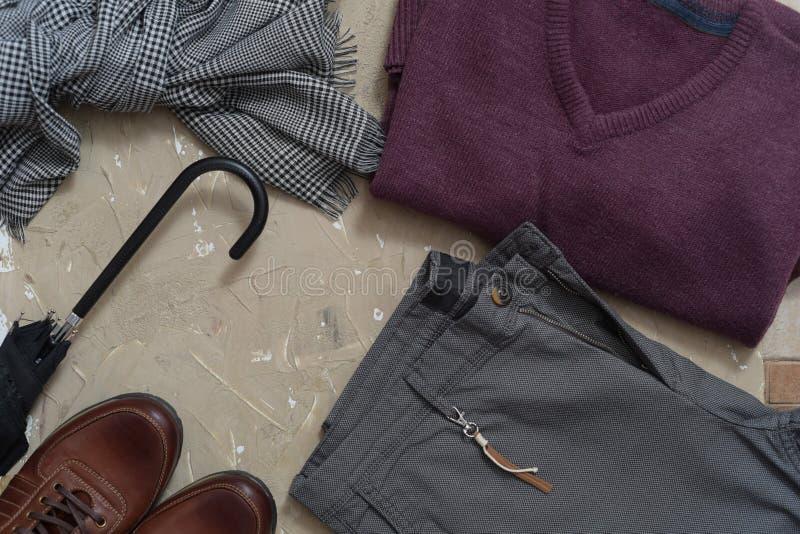 Uppsättning av klassiska mäns kläder - blått dräkt, skjortor, bruntskor, bälte och band på träbakgrund Mäns tillbehöruppsättning  arkivbild