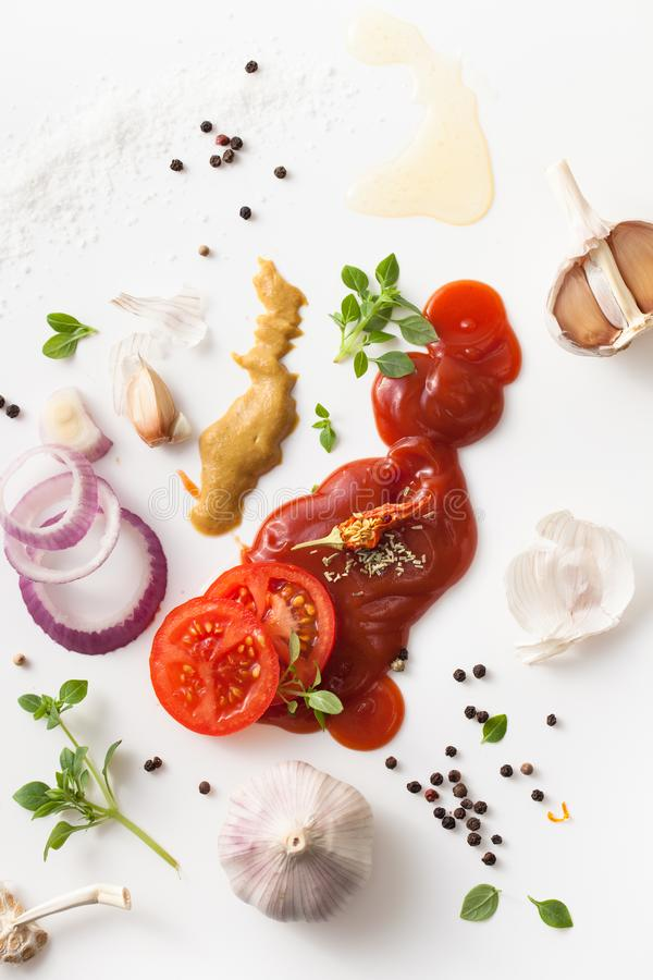 Uppsättning av kryddor för grillfestmarinad på vit bakgrund royaltyfri foto