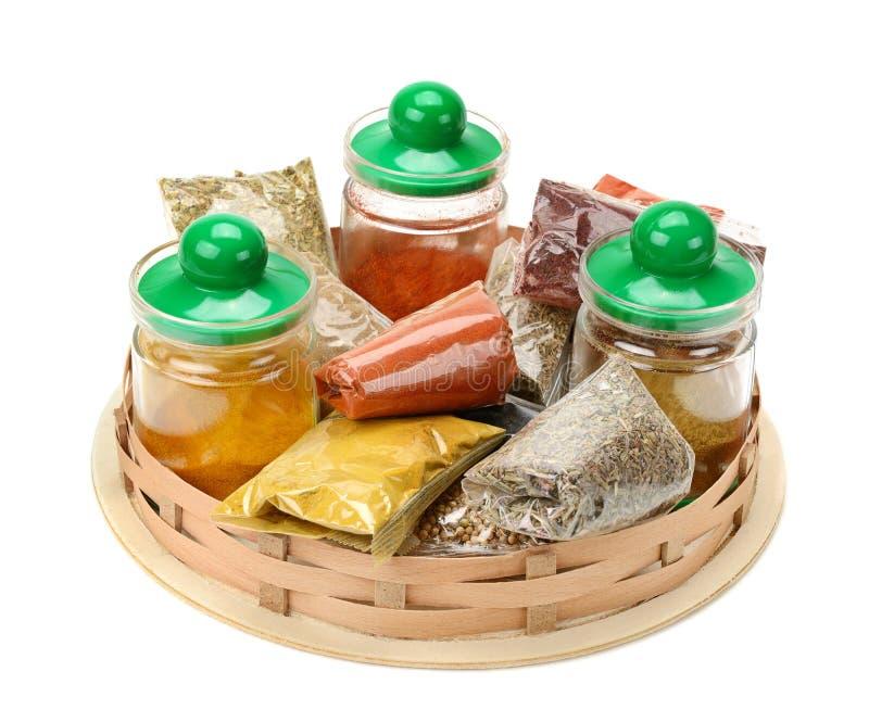 Uppsättning av kryddor i korgen arkivbilder