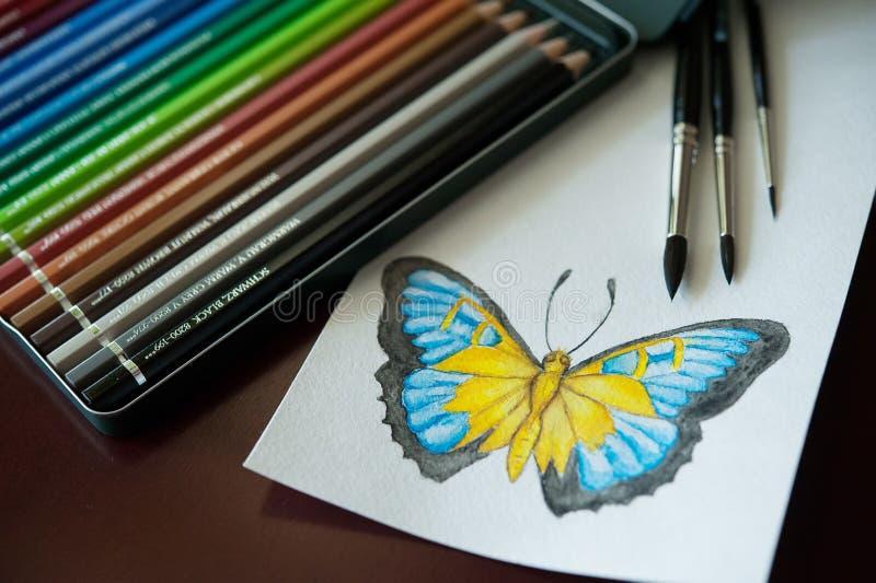 Uppsättning av kulöra vattenfärgblyertspennor, borstar för att måla och dra royaltyfria bilder