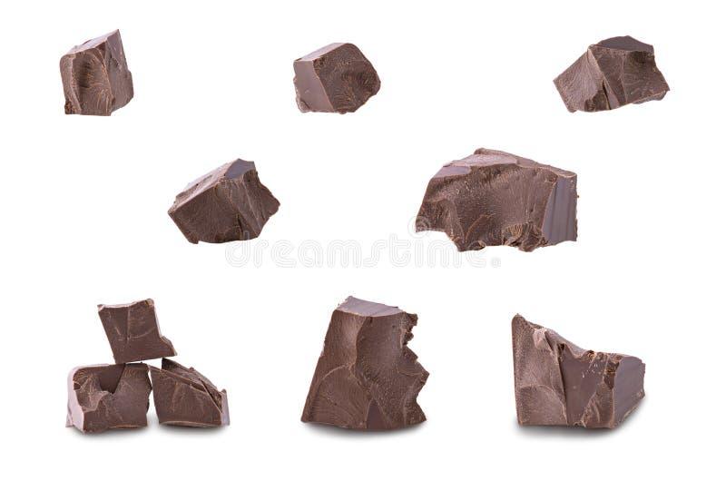 Uppsättning av mörka brutna chokladstycken som isoleras på vit bakgrund, slut upp arkivfoton
