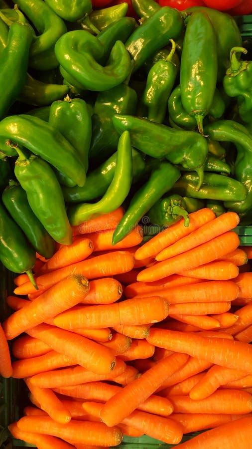 Uppsättning av morötter och gräsplanchili Grupp av visade grönsaker royaltyfria foton