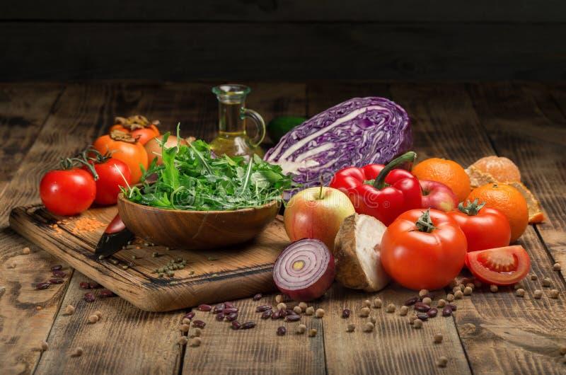 Uppsättning av nya produkter för sund mat på trätabellen royaltyfria bilder