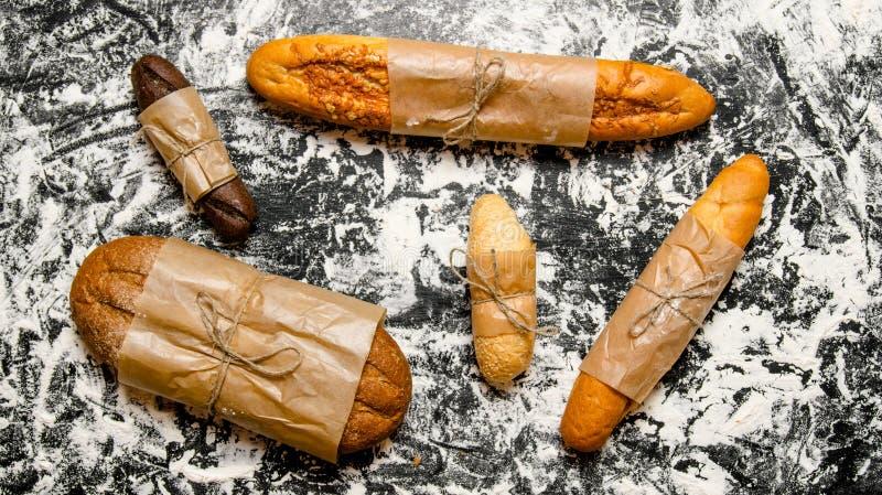 Uppsättning av nytt bröd som slås in i papper royaltyfria foton