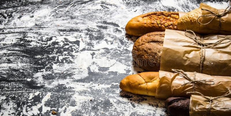 Uppsättning av nytt bröd som slås in i papper royaltyfria bilder