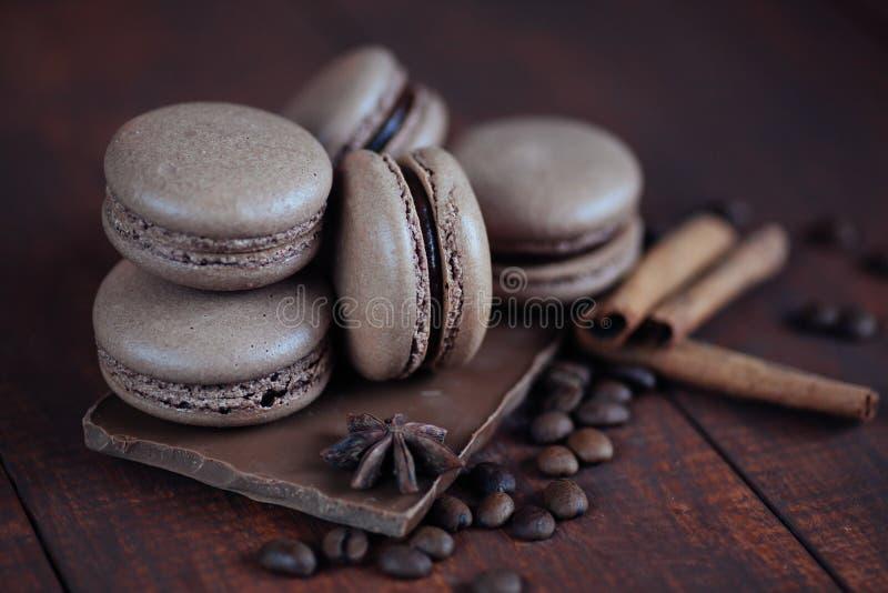 Uppsättning av olika franska kakamakron med kaffebönor på träbakgrund closeup Kaffe chokladsmaker arkivfoton