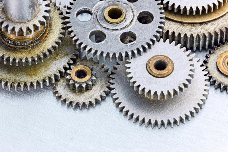Uppsättning av olika gamla metallmaskinerikugghjul på skrapad bakgrund fotografering för bildbyråer