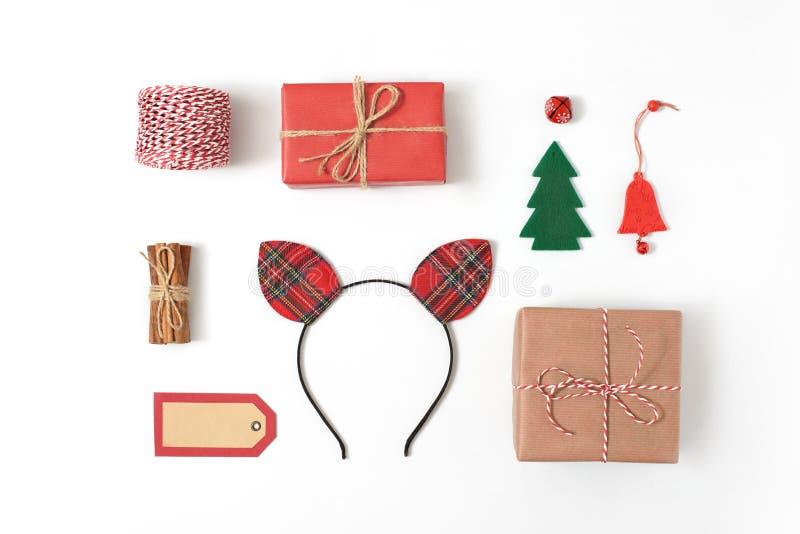 Uppsättning av olika juldetaljer: gåvor sörjer filialer, leksaker på vit bakgrund Bästa sikt, lekmanna- lägenhet arkivfoto