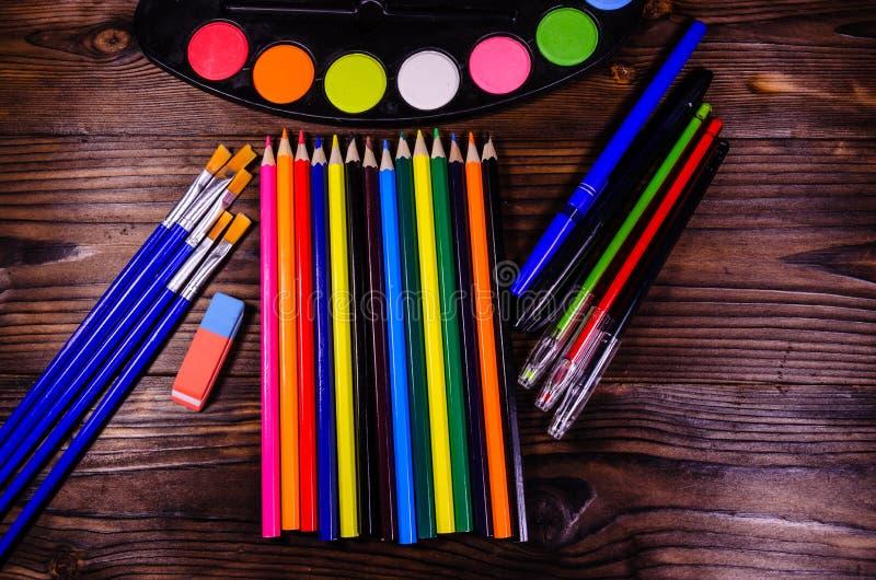 Uppsättning av olika teckningshjälpmedel Vattenfärgmålarfärger, målarpenslar, arkivfoto