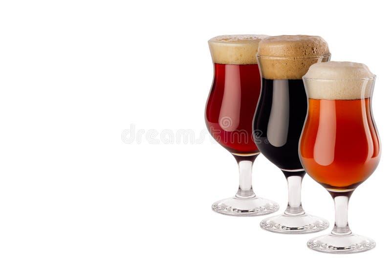 Uppsättning av olikt öl i vinglas med skum - lager, rött öl, portvakt - som isoleras på vit bakgrund royaltyfria bilder