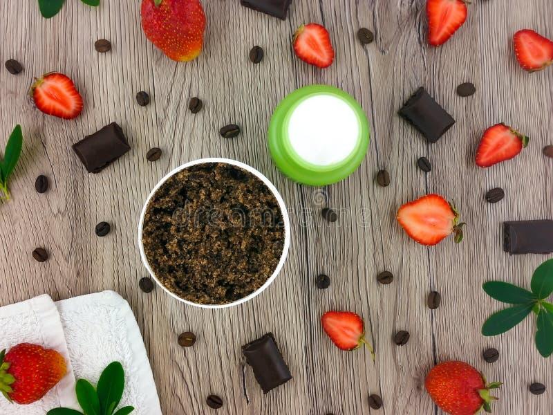 Uppsättning av produkter för för brunnsortbehandlingkaffe och jordgubbe på trätabellen Lekmanna- lägenhet, bästa sikt arkivbild
