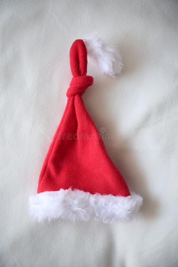 Uppsättning av röda Santa Claus hattar som isoleras på vit bakgrund arkivfoto