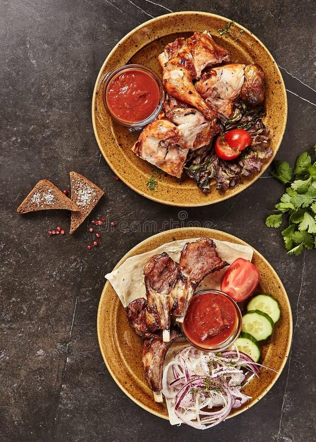 Uppsättning av rökt grillat BBQ-kött, bästa sikt för fisk och för grönsaker arkivbilder
